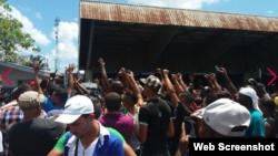 Migrantes cubanos protestan en Panamá para que les permitan continuar hacia EEUU.