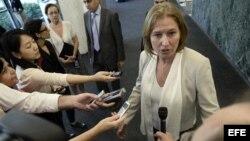 La ministra de Justicia de Israel, Tzipi Livni (i), habla con los medios. Foto de archivo.