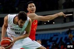 El serbio Nikola Kalinic (i) protege el balón ante la marca del chino Jianlian Yi (d) en Río.
