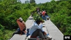 Fotografía de archivo del 3 de agosto de 2012 de migrantes centroamericanos viajando en el tren La Bestia.