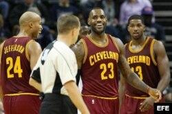 El jugador de Cavaliers Richard Jefferson (i) celebra con su compañero LeBron James (c), durante un partido ante Grizzlies.