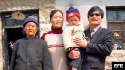 Fotografía de archivo del abogado y activista chino Chen Guangcheng (dcha) con su familia.