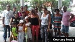 Un grupo de migrantes cubanos en Panamá recibe ayuda de la Iglesia Católica. (Foto cortesía Ricardo Quintana)