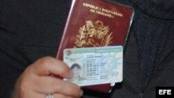 Mujer sosteniendo su pasaporte venezolano