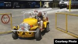 Raúl Zerquera Borrell, en el auto propiedad de su hijo y a quien la policía se lo había confiscado.