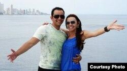 El médico cubano Adrián Estrada y su novia, la farmacéutica brasileña Leticia Santos, durante un viaje a la isla (FB)