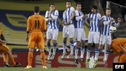 El centrocampista del Real Madrid, Xabi Alonso (i), comete una falta.