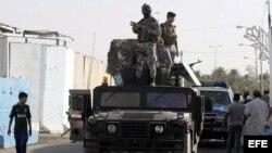 Policías iraquíes permanecen en un reten de control en el norte de Bagdad.