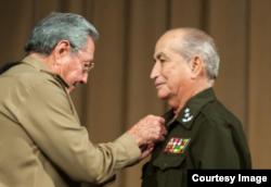 Raúl Castro entregó el título de Héroe de la República de Cuba, General de división Carlos Fernández Gondín.
