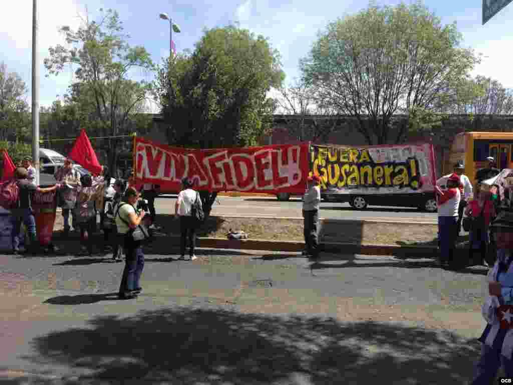 Manifestantes protestan en contra de la presencia de Yoani en la SIP