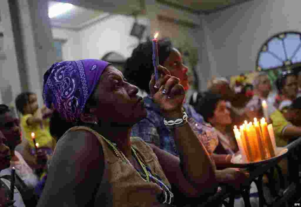 Un hombre fuma un tabaco en homenaje a San Lázaro en el Santuario de El Rincón, en La Habana.