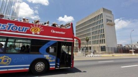 Auto de turismo frente a la embajada de EEUU en La Habana.