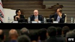 El ministro cubano de Comercio Exterior y la Inversión Extranjera de Cuba, Rodrigo Malmierca Díaz (c).