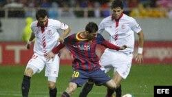 El delantero argentino del FC Barcelona Leo Messi disputa un balón con el defensa argentino del Sevilla Nicolás Pareja