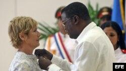 La nadadora estadounidense Diana Nyad es condecorada por el presidente del Instituto Nacional de Deportes y Recreación en Cuba (INDER), Cristián Jiménez (d).