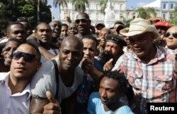 Jose Contreras (c) con sus fanáticos en el Parque Central de La Habana.