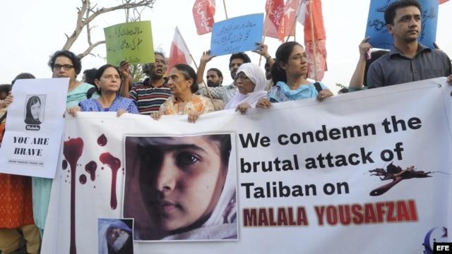 Archivo - Activistas de Derechos Humanos paquistaníes participan en una manifestación en repulsa al ataque contra Malala Yousafzai en Islamabad, Pakistán.