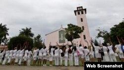 Las Damas de Blanco frente a la Iglesia de Santa Rita, en Miramar, La Habana.