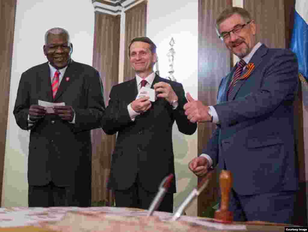 Esteban Lazo (i) con el presidente de la Duma Rusa, Serguei Narishkin (c) y el embajador ruso en La Habana, Mijail Kalinin.