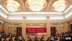 Delegados se reúnen en uno de los salones del Gran Palacio del Pueblo durante el XVIII Congreso del Partido Comunista de China (PCChn), en Pekín, China.