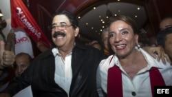 La candidata presidencial hondureña por el partido Libertad y Refundacion (LIBRE), Xiomara Castro (d), y su esposa y expresidente Manuel Zelaya (i), derrocado en 2009, sonríen hoy, domingo 24 de noviembre de 2013, durante un evento en el que declararon a