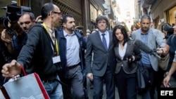 """El presidente cesado de la Generalitat de Cataluña, Carles Puigdemont (c), acompañado por su esposa, Marcela Topor, tras almorzar en un céntrico restaurante de Girona después de haber efectuado a través de TV3 una """"declaración institucional"""" desde esta ci"""
