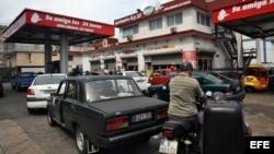 La mayor parte del parque automotor privado en Cuba lo integran almendrones americanos de los años 50 y los Lada, Moskóvich, Volga y Niva heredados de la difunta URSS