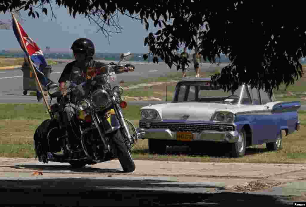 Los propietarios han tratado de reponer las piezas originales de sus motos, pero aún hay talleres que las copian y confeccionan para quienes no pueden costear esa opción.