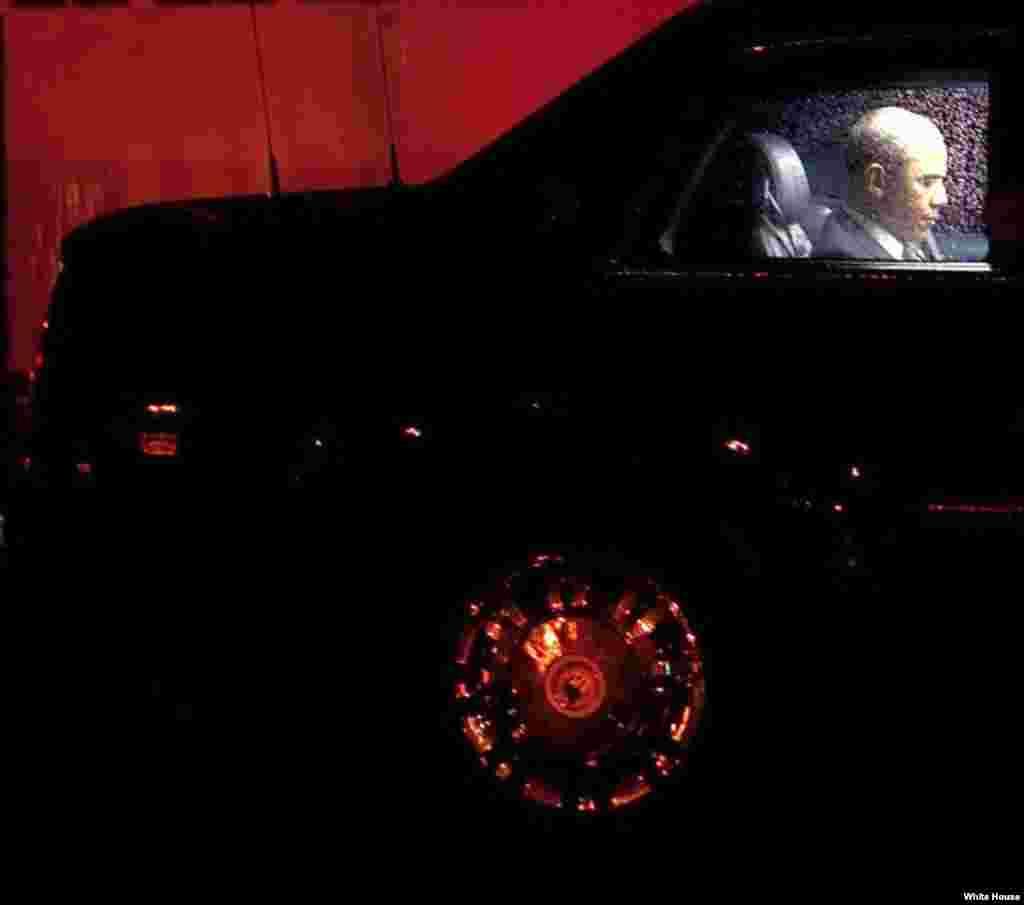 El presidente Obama en el auto presidencial.