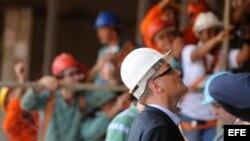 El secretario general de la FIFA, Jerome Valke (d), inspecciona las obras de construcción en el Estadio Nacional de Brasilia, sede de la Copa de las Confederaciones este año y del Mundial Brasil 2014 en Brasilia (Brasil).