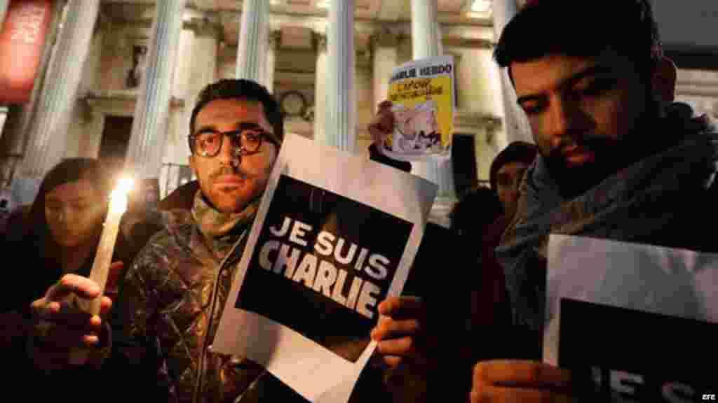 Londinenses participan en una vigilia de protesta contra el ataque en París