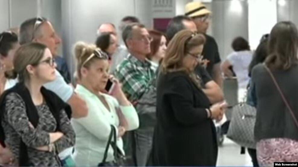 Familiares de cubanos esperan en el aeropuerto de Miami.