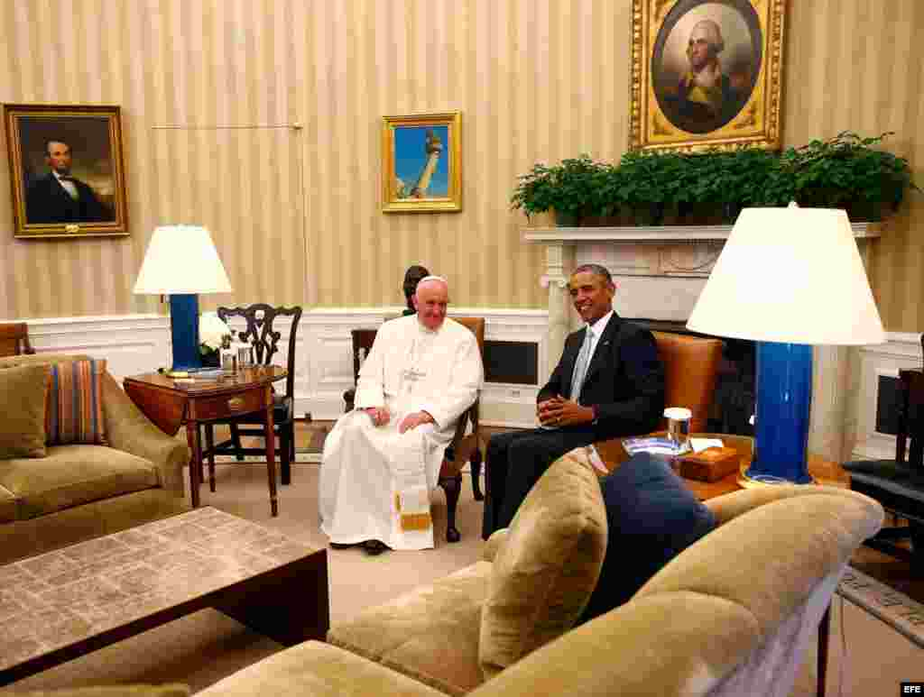 El Papa Francisco se entrevista en privado con el presidente Barack Obama en la Oficina Oval de la Casa Blanca.