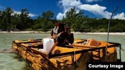 Una embarcación rústica utilizada por balseros cubanos y abandonada en la costa. Foto: Phil's1stPix/Flickr.
