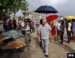 Eusebio Leal, historiador de La Habana, conversa con periodistas hoy, 14 de noviembre de 2017, en La Habana (Cuba).