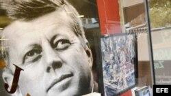 Libros sobre el asesinado presidente estadounidense John F. Kennedy en una librería de La Haya. (Archivo)
