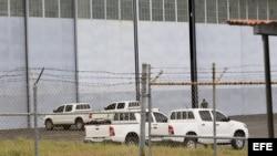 PAN04. CIUDAD DE PANAMÁ (PANAMÁ) 13/08/2013.- Vista del hangar donde se encuentran depositados los armamentos encontrados en el buque norcoreano Chong Chon Gang hoy, martes 13 de agosto de 2013, en al antigua base aérea de Howard, en el pacifico panameño.