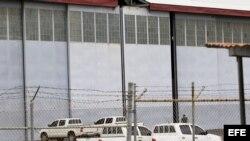 Vista del hangar donde se encuentran depositados los armamentos encontrados en el buque norcoreano Chong Chon Gang, en al antigua base aérea de Howard, en el pacifico panameño