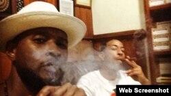 Usher (en primer plano) y Ludacris en una foto colgada en sus redes sociales fumando un tabaco en La Habana.