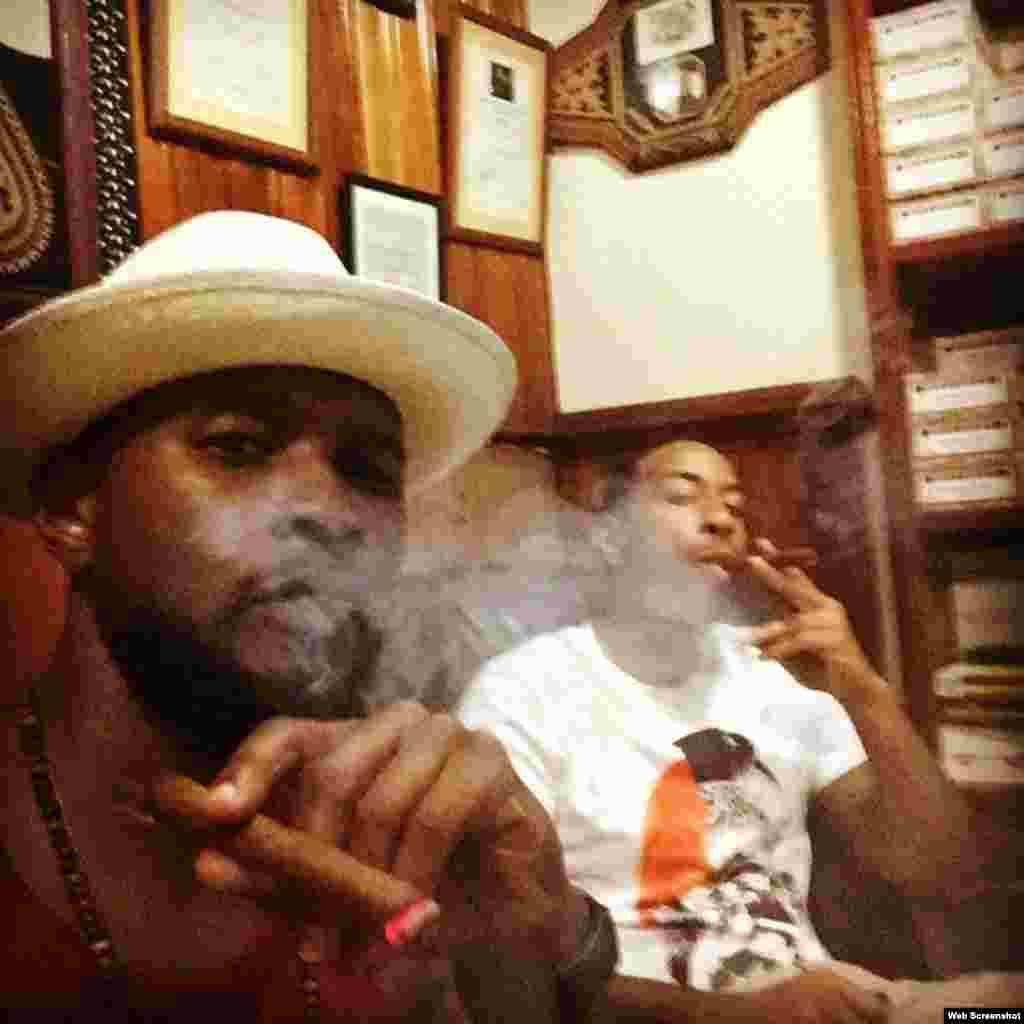 Usher y Ludacris en una foto colgada en sus redes sociales fumando un tabaco.