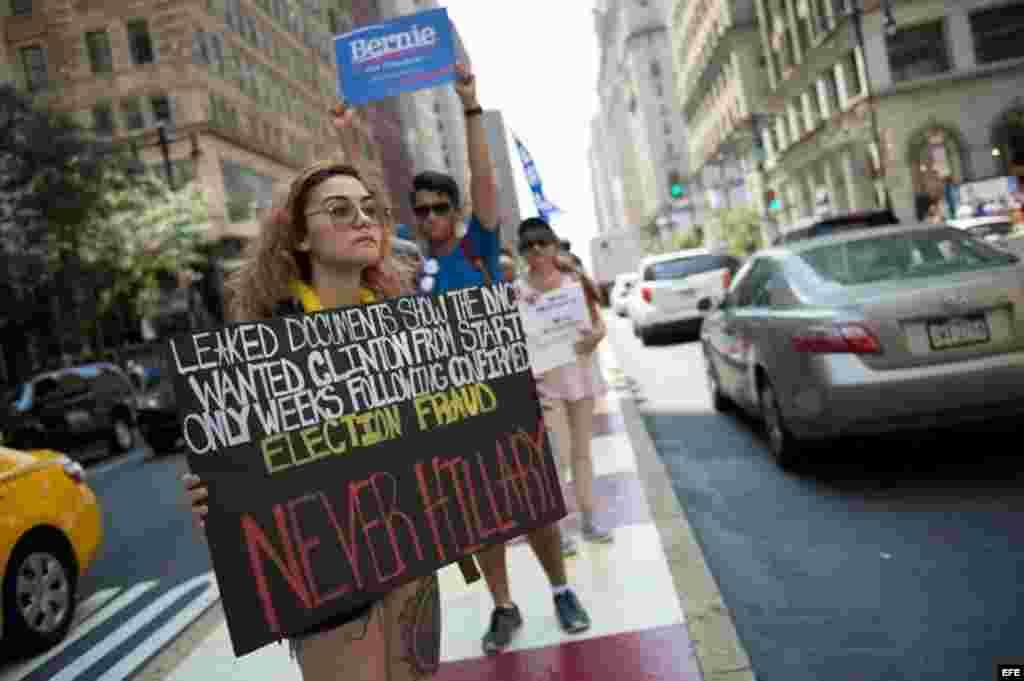Una joven se manifiesta en apoyo al senador por el estado de Vermont Bernie Sanders frente al Ayuntamiento de Filadelfia, antes de la apertura de la Convención Demócrata en Filadelfia, Estados Unidos, hoy, 25 de julio de 2016.