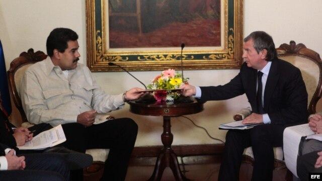 Nicolás Maduro (i), durante una reunión con el presidente de la compañía rusa de petróleo Rosneft, Igor Sechin (d), en el Palacio de Miraflores en Caracas (Venezuela).