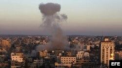 Una columna de humo es vista tras un ataque de Israel sobre Gaza, el 11 de julio del 2014.