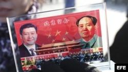 Un vendedor expone un recuerdo con la imagen del presidente chino Xi Jinping (i) y del fallecido líder Mao Zedong, en la Plaza de Tiananmen, Pekín (China).