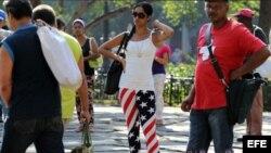 Una joven cubana viste un pantalón con los colores de EE.UU.