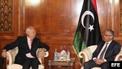 El primer ministro libio, Ali Zidan (d), conversa con el ministro español de Exteriores, José Manuel García-Margallo, durante su encuentro en Trípoli, Libia.