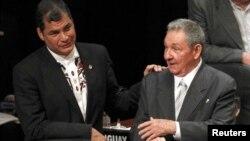 El presidente ecuatoriano Rafael Correa y Raúl Castro.