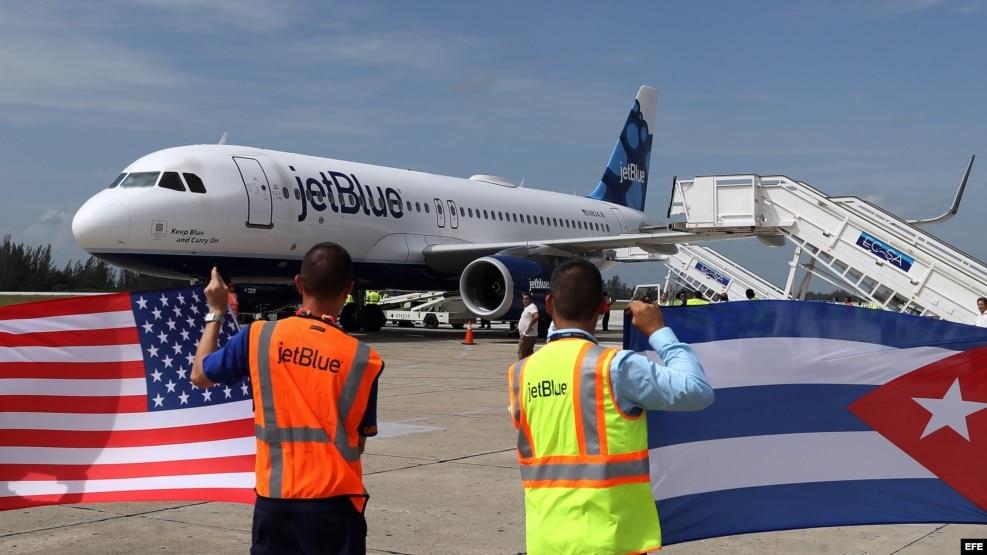 Un avión de la aerolínea estadounidense Jet Blue llega al aeropuerto Abel Santamaría de la ciudad de Santa Clara, el pasado 31 de agosto.