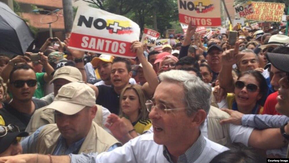 El expresidente y actual senador Álvaro Uribe encabeza la multitudinaria marcha en Medellín.