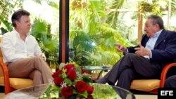 Archivo: presidente de Colombia, Juan Manuel Santos (i) y Raul Castro(d).